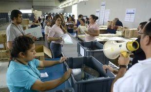 Des fonctionnaires préparent le 4 septembre 2015 à Guatemala City les prochaines élections générales largement contestées par la population