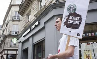 Une action d'Attac contre l'évasion fiscale de Starbucks en 2017.