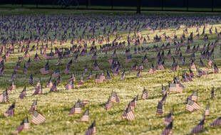 Des activistes ont planté des milliers de drapeaux américains à Washington en hommage aux 200.000 personnes tuées par le coronavirus.