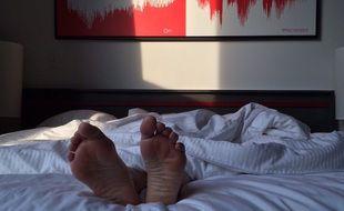 Une personne couchée dans un lit (illustration).