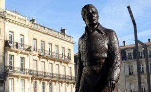 Une imposante statue de Jacques Chaban-Delmas, célèbre maire de Bordeaux pendant près d'un demi-siècle et Premier ministre de 1969 à 1972, a été inaugurée lundi dans le centre-ville en présence de quelques centaines de Bordelais nostalgiques et de curieux.
