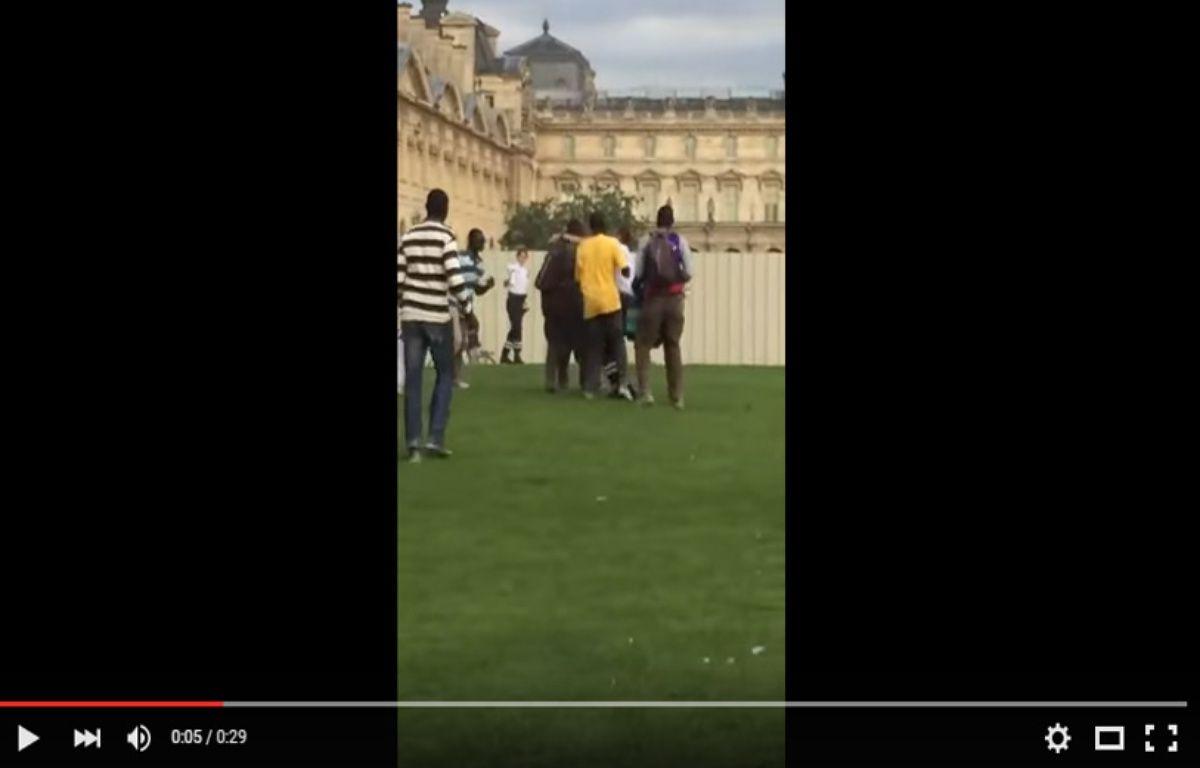 La vidéo montre l'agression de trois policiers par des vendeurs à la sauvette. – Capture d'écran / Youtube