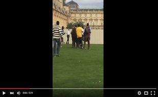 La vidéo montre l'agression de trois policiers par des vendeurs à la sauvette.