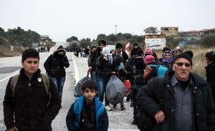 Des migrants syriens se rendent attendant de passer en Grèce, près de la ville d'Ayvacik, en Turquie, le 29 janvier 2016.