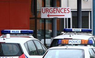 Illustration de voitures de police devant les services d'urgences.