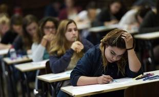 Des étudiants en train de plancher sur une épreuve du bac.