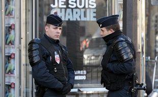 La police déployée à côté du slogan «Je suis Charlie» après les attentats de Paris survenus en janvier 2015.