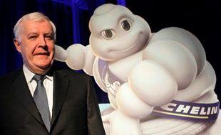 Le président de Michelin, Michel Rollier, ici aux côtés de la mascotte de la marque, le Bibendum, en 2009, est le patron le mieux payé duCac 40 en 2010 selon le classement annuel des Echos.