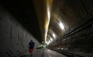 Un ingénieur marche à l'intérieur du tunnel de la ligne à grande vitesse Lyon-Turin