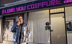 Dans I Love You Coiffure, Muriel Robin incarne entre autres une coiffeuse.