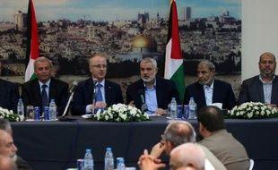 Une conférence de presse de membres du gouvernement d'unité palestinien, avec le leader du Hamas Ismael Haniya (c) et le Premier ministre palestinien Rami Hamdallah (2e g), le 9 octobre 2014 à Gaza