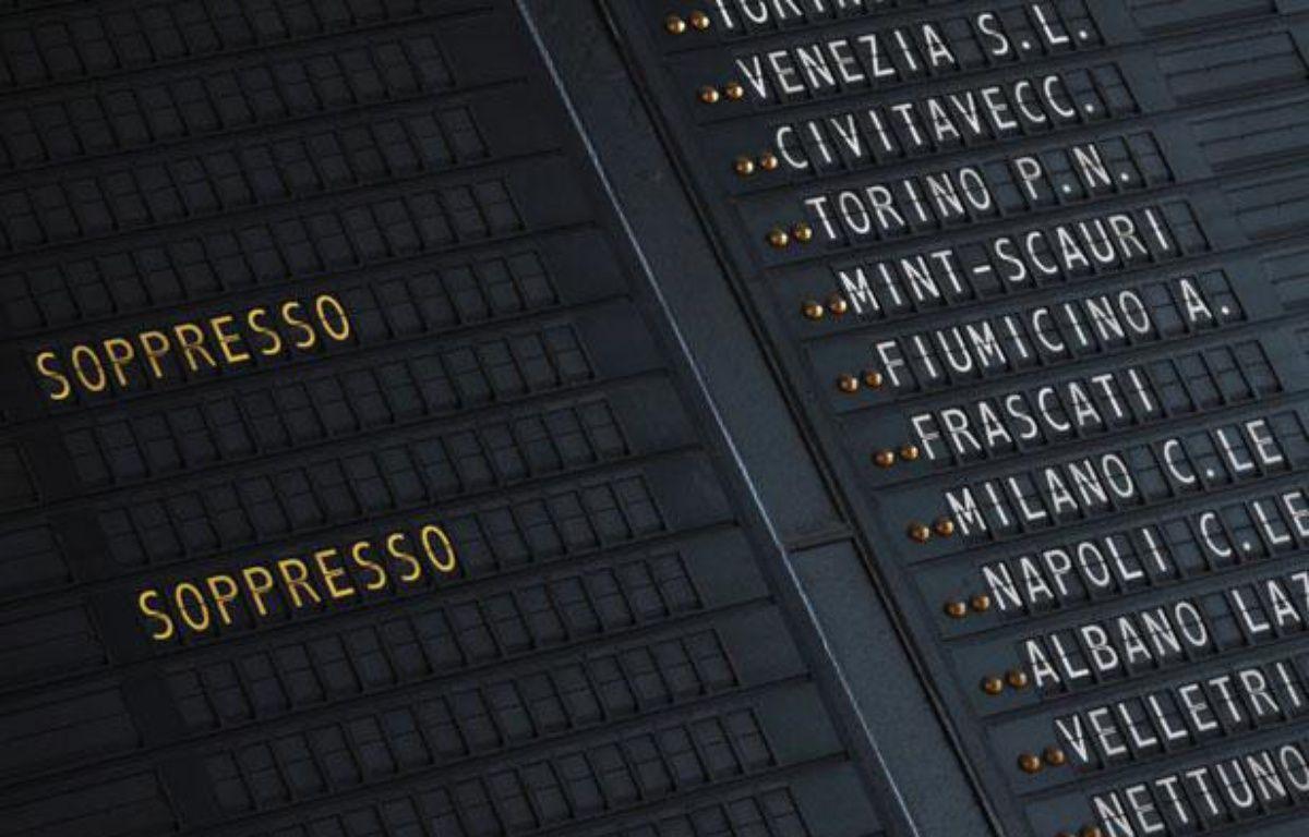Un tableau d'affichage annonce les trains annulés à la gare Termini de Rome, du fait d'une grève, le 27 janvier 2012. – REUTERS/Alessandro Bianchi