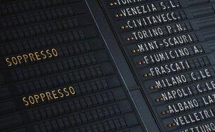 Un tableau d'affichage annonce les trains annulés à la gare Termini de Rome, du fait d'une grève, le 27 janvier 2012.