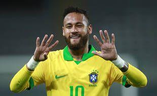 Neymar rend hommage à Ronaldo en montrant ses dents et en mimant avec les mains le numéro 9, lors du match du Brésil contre le Pérou à Lima, le 13 octobre 2020.