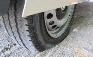 Un pneu crevé. Illustration.