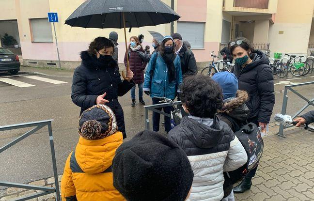La maire de Strasbourg Jeanne Barseghian parle aux enfants devant l'école Saint Jean. Le 19 mars 2021.