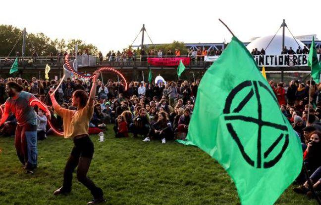 Londres: Extinction Rebellion bloque le métro, un militant violemment pris à partie par des usagers