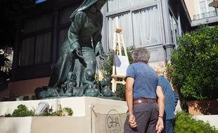 La sculpture est installée sur le parvis privé d'un hôtel de Menton