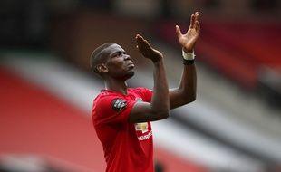 Paul Pogba applaudit Anthony Martial après un but lors de Manchester United-Bournemouth, le 4 juillet 2020.