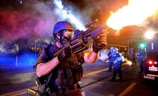 Un policier tire une grenade lacrymogène lors des émeutes des Ferguson, dans le Misouri, le 18 août 2014.