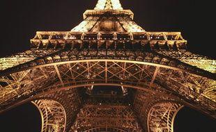 La tour Eiffel vue d'en bas, illuminée