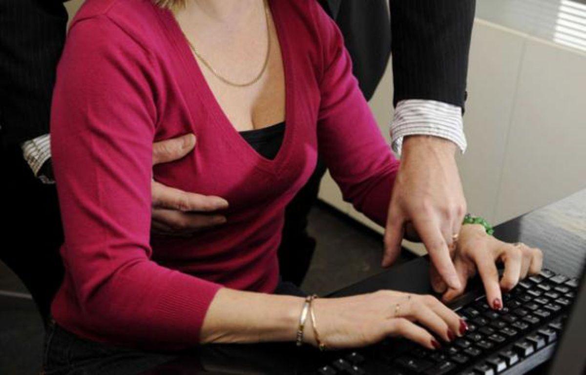 Illustration sur le harcelement sexuel au bureau. – MARJA AIRIO/LEHTIKUVA OY/SIPA