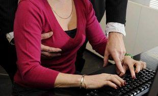 Illustration sur le harcelement sexuel au bureau.