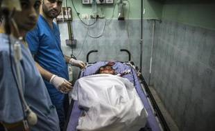 Des médecins palestiniens couvre le corps d'une Palestinienne de 9 ans à l'hôpital de Beit Lahia le 22 juillet 2014