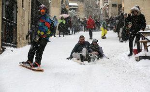 A Montpellier, les habitants ont sorti luge, snow, ski et même baignoire pour glisser sur la neige tombée en abondance le 28 février 2018.