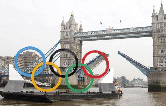 Les anneaux olympiques sous le Tower Bridge, le 28 février 2012