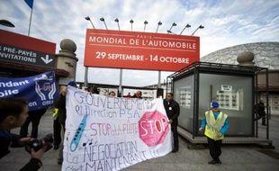 Plusieurs centaines de salariés de différentes entreprises, dont PSA, rassemblés mardi matin devant le Mondial de l'automobile à Paris, ont tenté en vain de pénétrer dans le salon, les forces de l'ordre les en ayant empêchés, a constaté une journaliste de l'AFP.