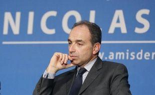 """Jean-François Copé a trouvé """"extrêmement combatif"""" Nicolas Sarkozy qu'il a eu au téléphone après sa mise en examen pour abus de faiblesse, a indiqué samedi le président de l'UMP devant les délégués de son parti."""
