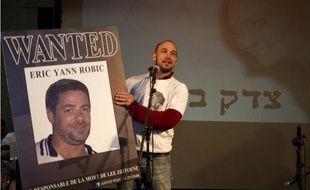 Le petit ami de la victime Roy Peled montre une photo d'Éric Robic, le conducteur du véhicule qui avait fauché la jeune israélienne Lee Zeitouni, le 8 décembre 2011 à Tel Aviv