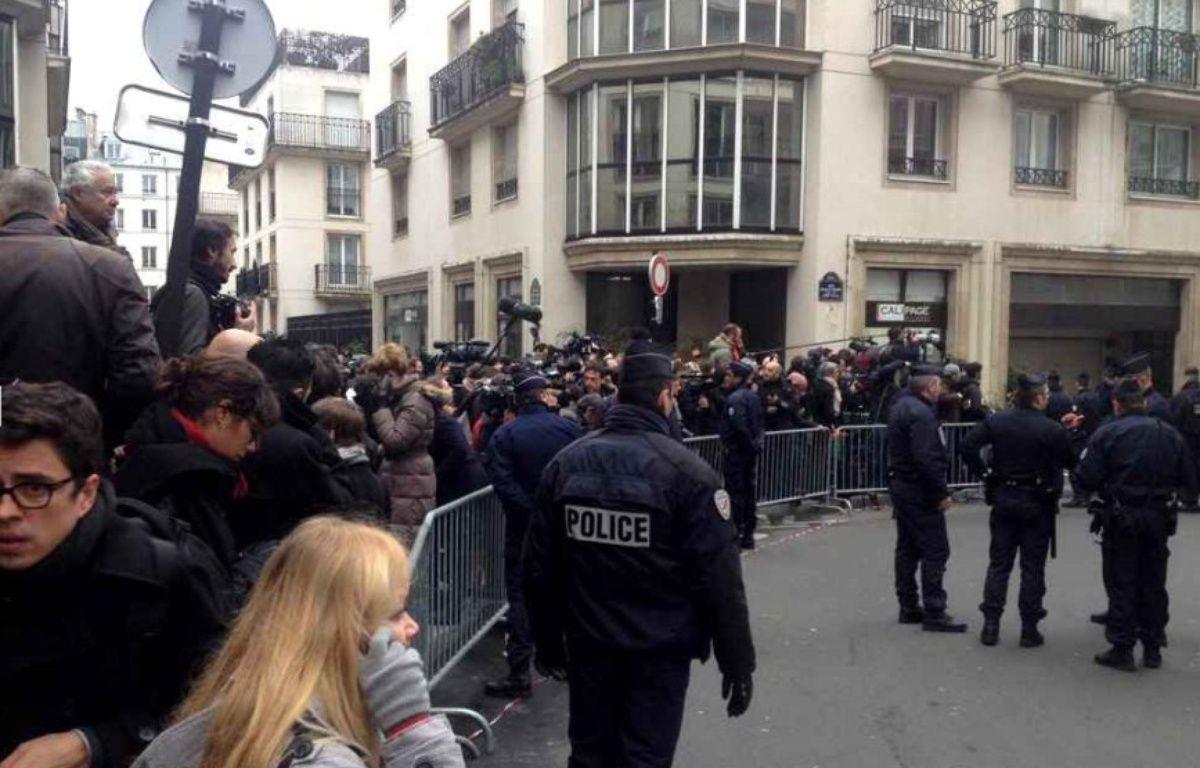 Dans la rue du siège du journal satirique Charlie Hebdo dans le XIe arrondissement de Paris – W. Molinié @20 Minutes