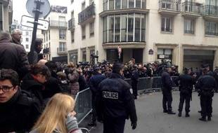 Dans la rue du siège du journal satirique Charlie Hebdo dans le XIe arrondissement de Paris