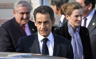 Nicolas Sarkozy, entouré de Jean-Pierre Raffarin et Nathalie Kosciusko-Morizet, à l'aéroport Haneda de Tokyo, le 31 mars 2011.