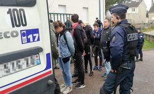 Des étudiants arrêtés à proximité du lycée Saint-Exupéry à Mantes-la-Jolie, le 6 décembre 2018.