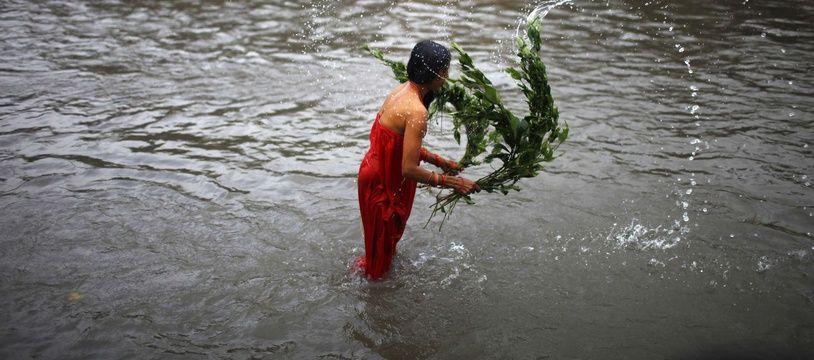 Une femme népalaise lors d'un rite de purification (illustration).