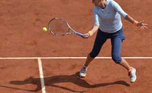 La Bélarusse Victoria Azarenka, N.3 mondiale, s'est aisément qualifiée pour les quarts de finale de Roland-Garros, en battant lundi l'Italienne Francesca Schiavone en deux sets 6-3, 6-0.