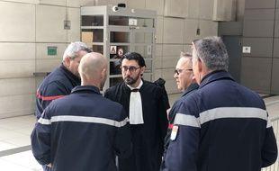 Les quatre prévenus avec leur avocat, le 30 avril 2019 au palais de justice de Nice