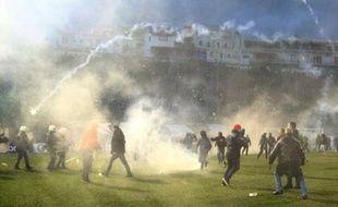 Les supporters du Panatinaikos ont envahi la pelouse au moment où les joueurs de l'Olympiakos sont entrés sur la pelouse, le 22 février 2015.