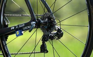 Gros plan de la roue arrière d'un vélo du Britannique Christopher Froome durant la 11e étape du Tour de France, le 15 juillet 2015 à Cauterets, dans les Hautes-Pyrénées