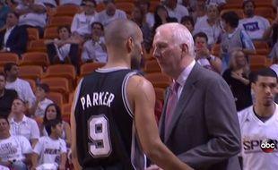 Tony Parker et Gregg Popovich lors du match N3 de la finale NBA, le 11 juin 2014.