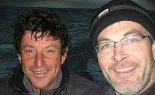 Jean Le Cam (à gauche) et Vincent Riou (à droite), soulagés après le sauvetage du premier par le second, le 6 janvier 2009 sur le Vendée Globe.