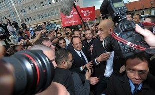 François Hollande prend un bain de foule lors de passage à Forbach, vendredi 4 mai 2012, pour la dernière journée de campagne