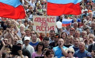 """Manifestants prorusses le 31 mai 2014 à Donetsk. """"Le Donbass c'est la Russie"""", dit la pancarte."""