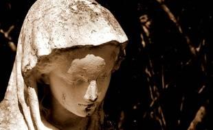 Une statue de la vierge Marie (Illustration)