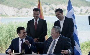 Le 17 juin, les deux ministres des Affaires étrangères macédonien et grec, sous les yeux de leurs chefs de gouvernement respectifs, ont signé un accord sur la dénomination de la Macédoine.