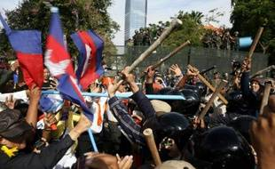 """Afrontements entre militants de l'opposition et gardes de sécurité de """"Freedom Park"""", lors d'une manifestation violemment réprimée pour la réouverture du parc, le 15 juillet 2014 à Phnom Penh"""