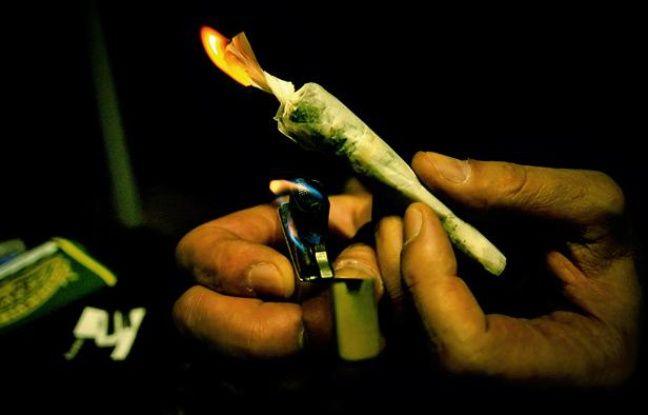 Une personne allume un joint de cannabis le 21 juin 2006 à Lyon.
